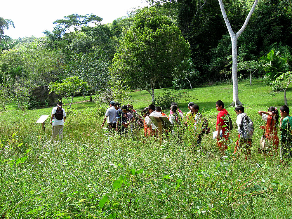 Savanah exibit - San Ignacio students on a guided tour of the gardens